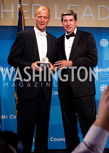 Airbus CEO Tom Enders gets his award from Governor Bob Riley