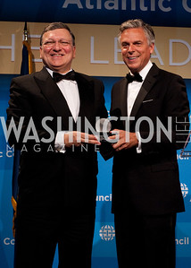 Jose Manuel Barroso receives his award from John Huntsman