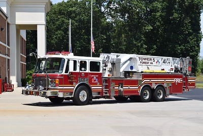 Tower 5, a large 2001 American LaFrance Eagle/LTI, 93' mid-mount.  Carrying serial number J42125, this truck was bought from Syosset, New York.
