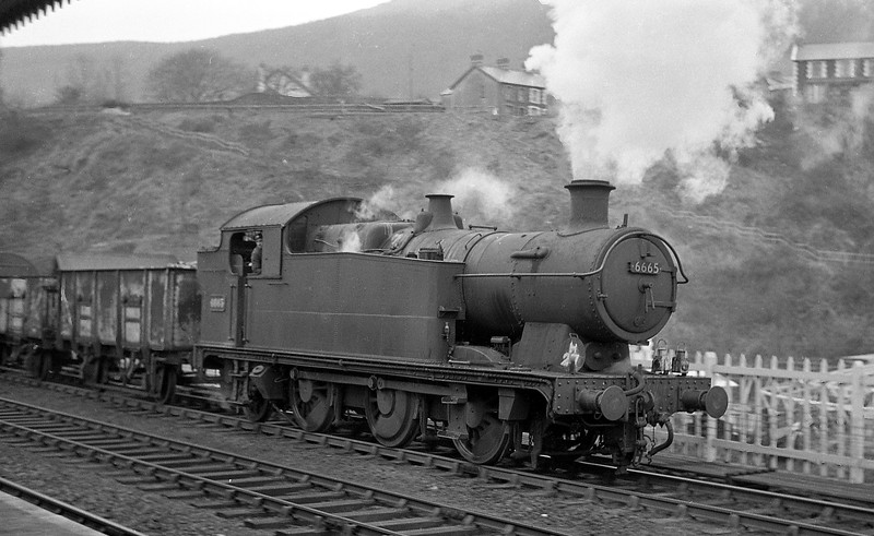 6665, down coal empties to Aberdare line, Abercynon, January 1, 1964.