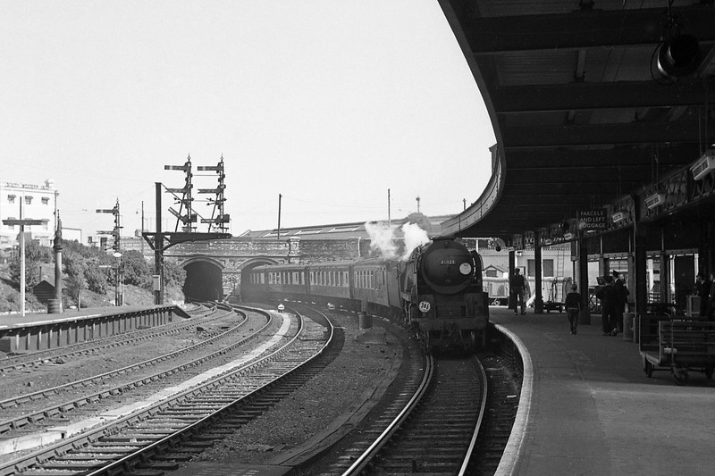 35023 Holland Afrika Line, London Waterloo-Bournemouth Central, Bournemouth Belle, arriving Bournemouth Central, September 1, 1964.