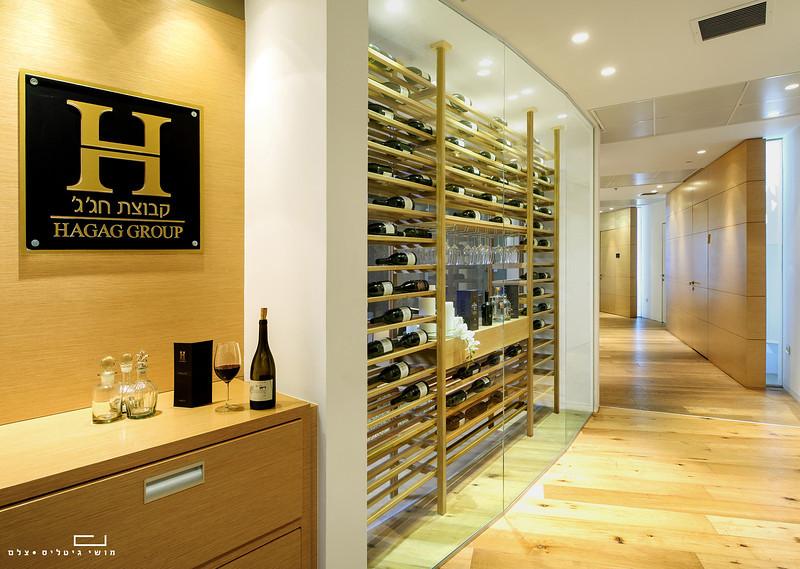 צילום מוצר ואדריכלות: ספריית יין של חברת כפיים במשרדים של קבוצת חג'ג