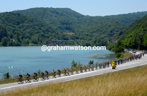The Sky-led peloton skirts the Lac du Bourget on another sun-drenched day in the Alps...