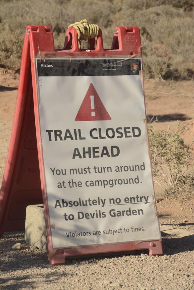 _0006352 Sign Devils Garden Closed