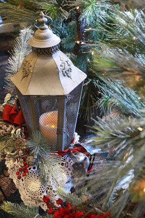 10-9-13<br /> Christmas gifts at Bowden Flowers<br /> KT photo | Kelly Lafferty