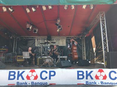De muziekband Grey & Grumpy speelt blues terwijl wij nagenieten op het terras.