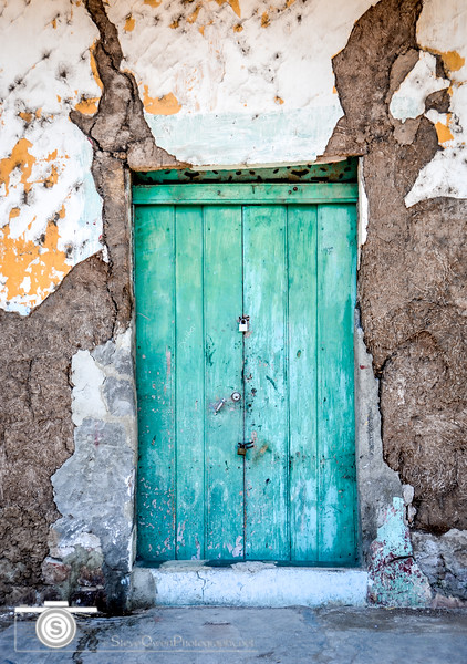 One of my favorite doors here in our beautiful city of Granada, Nicaragua..I am sad to say it no longer exits as it finally gave way to time and Mother Nature. But I loved the turquoise blue/green shades of the door against the rough textures of the old paint and the remaining  original adobe walls.