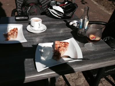 Eetcafe Hart van Tholen. Genieten van een heerlijke appeltaart en een drankje.