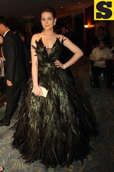 """The Mistress"" lead star Bea Alonzo wows the crowd in her Rajo Laurel gown. The actress was escorted by boyfriend Zanjoe Marudo. (Allan Sancon/Sunnex)"