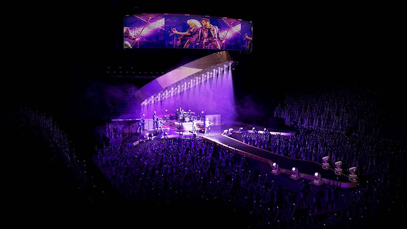 Stufish‏ @StufishStudio  .@QueenWillRock + @AdamLambert FACTS: 🎸 More custom video than any other #Queen show! 🎸 With two see-through kinetic video screens.
