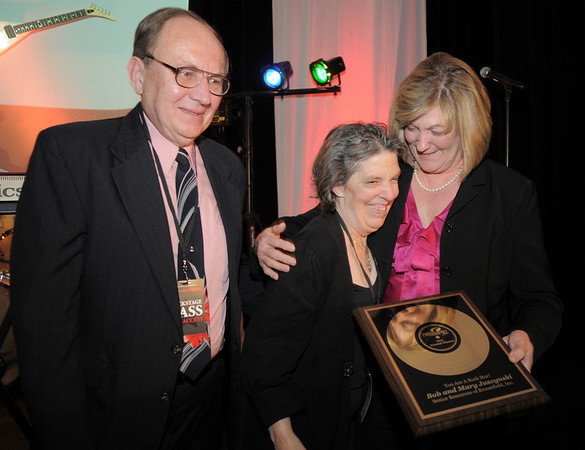 Suzanne  Bazinet, right, presents the Rock Stars in Broomfield award to Bob and Mary Juszynski at the Broomfield Chamber of Commerce annual dinner at the Renaissance Boulder Flatiron Hotel on Thursday.<br /> <br /> January 27, 2011<br /> staff photo/David R. Jennings