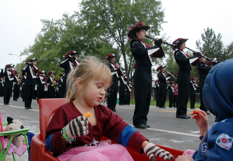 Kaitlyn Sullivan, 4, and her cousin Aiden Eneboe, 2, eat snack food as the Horizon High School band marches by during the parade at Broomfield Days on Saturday.<br /> <br /> September 18, 2010<br /> staff photo/David R. Jennings