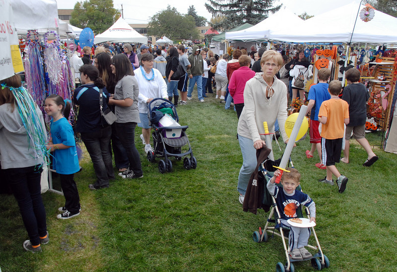 Crowds look at the vendor booths for food a items for sale at Broomfield Days on Saturday.<br /> <br /> September 18, 2010<br /> staff photo/David R. Jennings