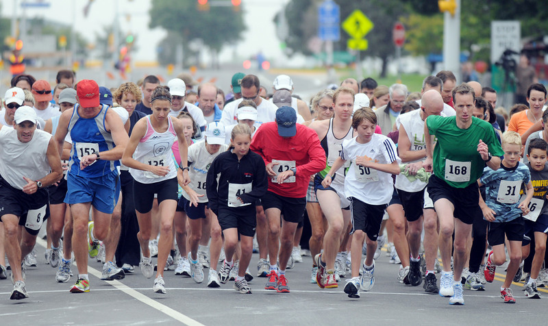 Mayors Cup 5k runners begin the race down Midway Blvd. during Broomfield Days on Saturday.<br /> <br /> September 18, 2010<br /> staff photo/David R. Jennings