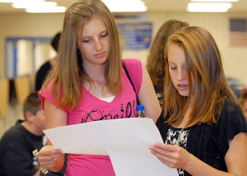 Shivaun Wood, left, and Amanda CAmpbell compare their schedules during Tuesday's freshman transition day.<br /> August 17, 2010<br /> staff photo/David R. Jennings