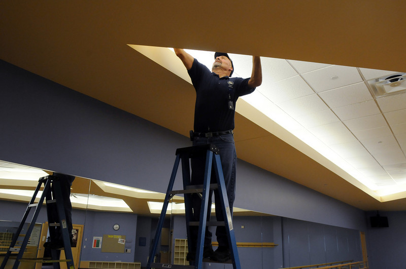 Glenn Briley replaces lights in one of the exercise rooms during the cleaning and repair of the Derda Recreation Center onThursday.<br /> <br /> August 27, 2009<br /> staff photo/David R. Jennings