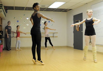 Jen Archer, left, Ascential Dance, watches Imani Williams, 12, Alana Spritzer, 14, with Tabitha Paige, 8, and Mary Haydon, 12, in back, during ballet class at the Davinci Center for Creative Arts on Wednesday. January 5, 2011 staff photo/David R. Jennings