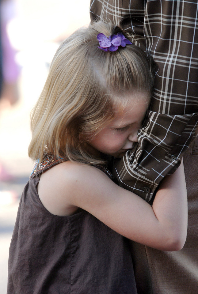 Hadley Olsen, 6, holds on to her father Tyler while waiting in line for the first day of school Wednesday at Coyote Ridge Elementary School.<br /> August 18, 2010<br /> staff photo/David R. Jennings
