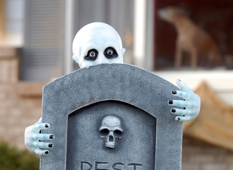 BE1024hallo08<br /> An eerie figure looks out from behind a tombstone in the Halloween display at 14341 Craftsman Way on Thursday<br /> <br /> October 21, 2010<br /> staff photo/David R. Jennings
