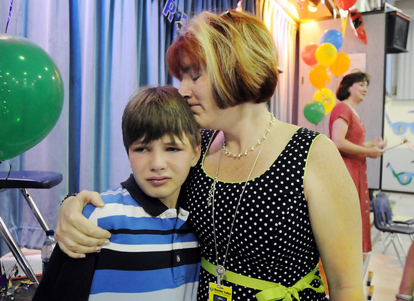 Birch Elementary School principal Tracy Stegall consoles 5th grader Ryan Huff after the 5th grade continuation program on  the last day of school.<br /> May 28, 2009<br /> staff photo/David R. Jennings