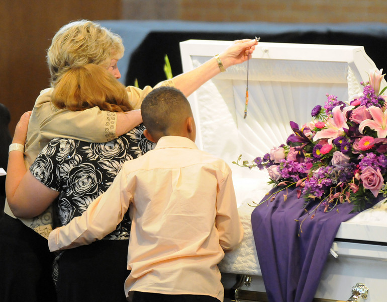 Family members say their final farewell to Amanda Peebles during the memorial service  held at Broomfield United Methodist Church on Friday.<br /> August 20, 2010<br /> staff photo/David R. Jennings