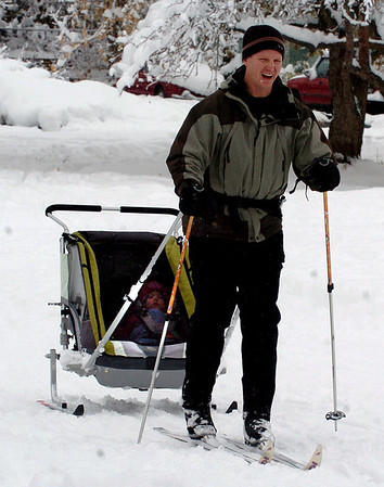 Chris Barge  pulls a sled trailor  with daughter Ellery, in North Boulder Park on  Thursday.<br /> Cliff Grassmick / October 29, 2009