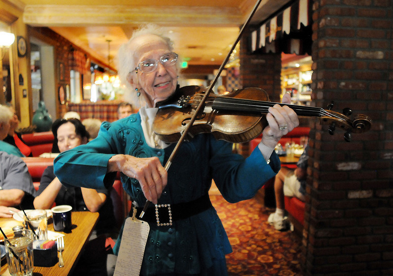 Violinist Lucille Weed, 85, serenades people during Summer Night at Mimi's benefit for Broomfield Senior Services at Mimi's Cafe on Wednesday.<br /> August 18, 2010<br /> staff photo/David R. Jennings