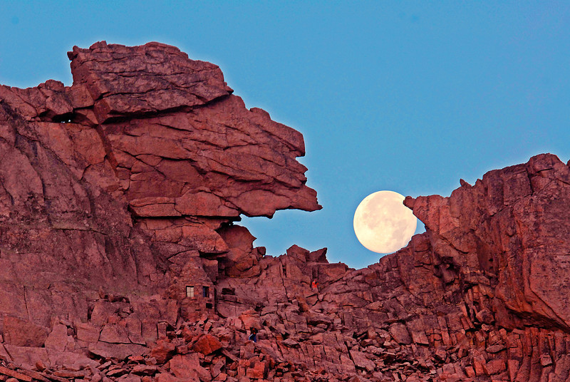 A full moon sits in the Keyhole on the north flank of Longs Peak