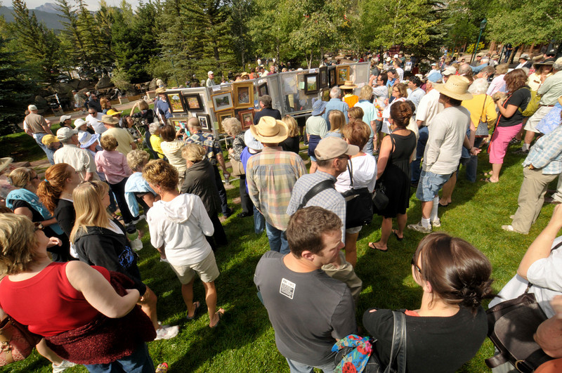 Photo by Walt Hester<br /> Collectors, artists and art fans cram into Riverside Plaza after the annual Quick Draw competition on Saturday Morning. The event was part of the 8th annual Estes Park Plein Air Show, hosted by the Cultural Arts Council of Estes Park.