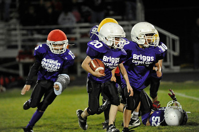 Walt Hester | Trail Gazette FIfth-graders try to turn the corner against the larger sixth-grade defense on Friday. The two young teams played during the halftime of the Estes Park High School Bobcats' game.