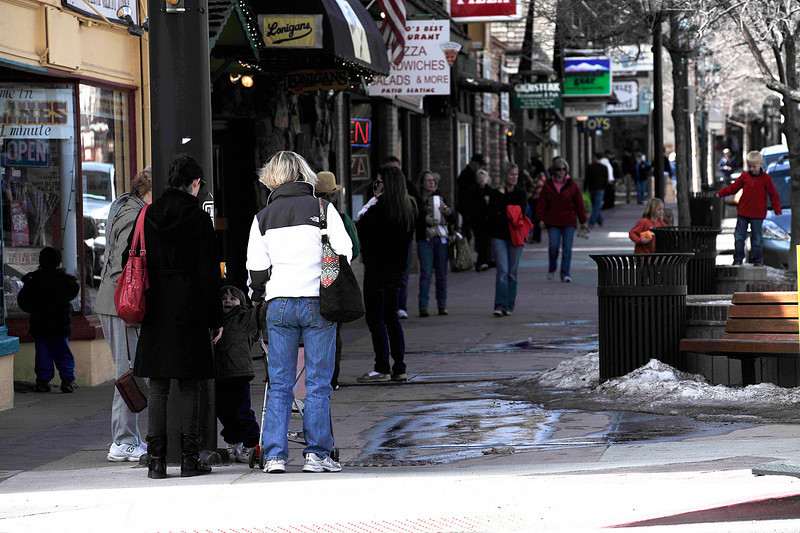 Walt Hester | Trail Gazette<br /> Visitors crowd the sidewalk along Elkhorn Avenue on Wednesday. Warm weather and spring breaks along the Front Range are begining to draw shoppers and visitors to the shops of Estes Park.