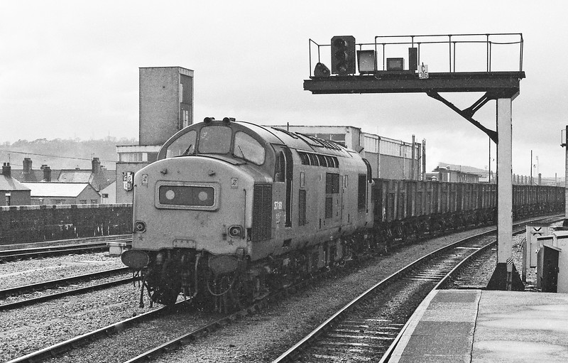 37181, up coal, Cardiff Central, 15-4-86.