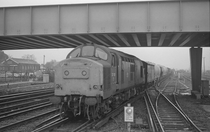 37131, down freight, Eastleigh, 27-10-87.
