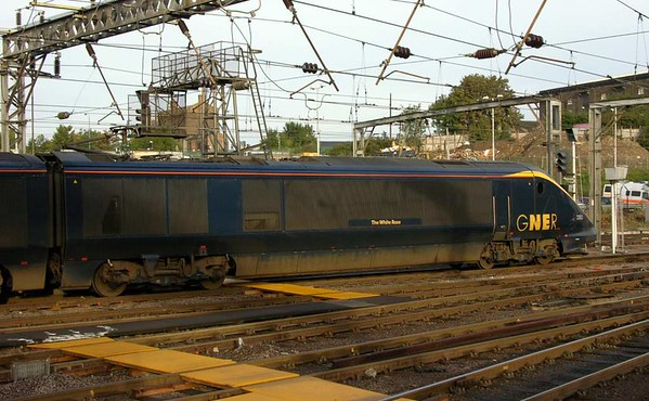 373303 / 304 The White Rose, King's Cross, Sun 9 October 2005 - 0834. Between 2000 and 2005 GNER hired five north of London Eurostars for services to Leeds and York.