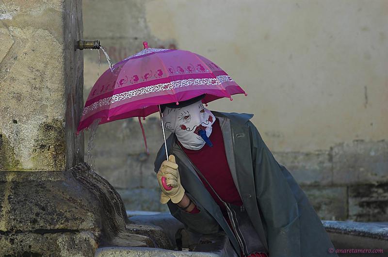 """<span style=""""color:#FBEC5D"""">¡Por fin llueve!</span></em> Foto ganadora en la categoría color en el  Concurso Fotográfico del Carnaval de Alhama de Granada 2008"""