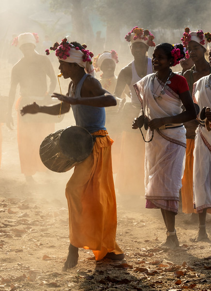 Bade Themali, Kanker, Chhattisgarh, India. Muria tribal dancers in a dusty village field.