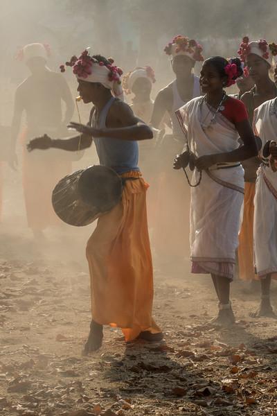 Bade Themali, Kanker, Chhattisgarh, India. Muria tribal dancers in a dusty village field.