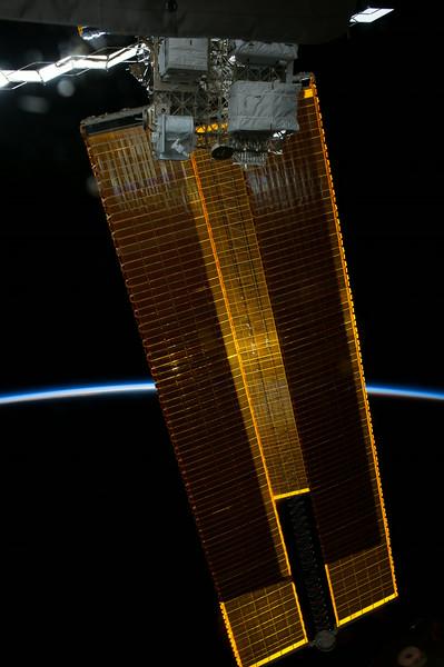 Reid Wiseman @astro_reid  Jun 2 Solar arrays block the sun. Our atmosphere shines through.