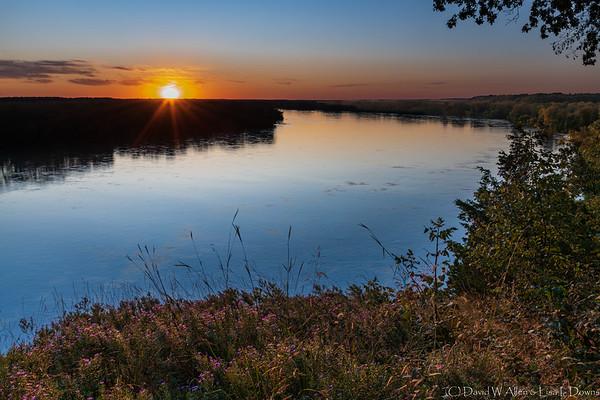 Sunset over the Missouri River  _D851750