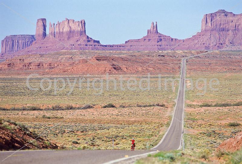 Tourer near Monument Valley Navajo Tribal Park on UT-AZ border - 8 - 72 ppi