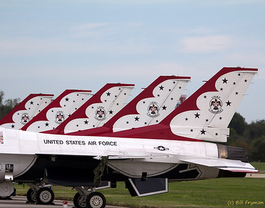 F-16 Thunderbirds in a row
