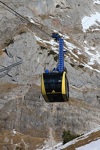 Cable car arriving from the Hunerkogel (Dachstein Glacier) station - 31/12/15.