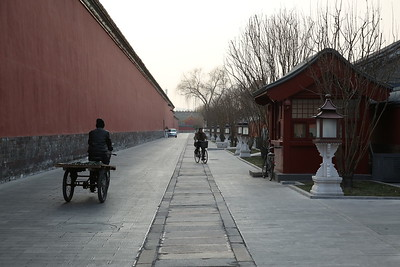 A couple of cyclists, Northern wall of the Forbidden City - 20/01/18.