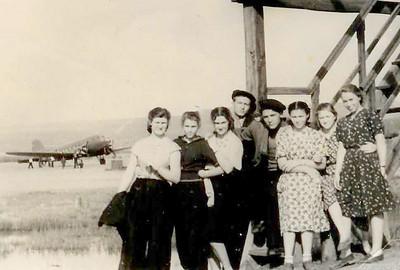 Аэродром  посёлка Сусуман. Выпускники ягоднинской средней школы. Четвёртый слева -Л.Пикус