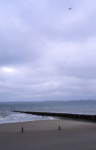 Dimanche 07/04/1994.  La plage près de Breskens.  On voit l'eiland Walcheren au loin.