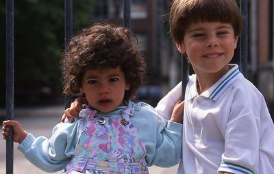 Samedi 14/05/1994.  Saskia et Merlin dans la cours du Sacré Coeur de Linthout.