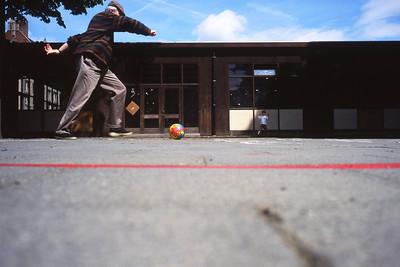 Dimanche 22/05/1994.  Merlin et moi, nous allons souvent jouer au football dans la cours du Sacré Coeur de Linthout.  Remarquez la casquette en plein mois de mai.