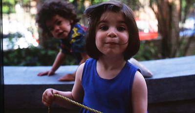 Dimanche 15/05/1994.  Saskia avec Tina.  Sa soeur, Rita, et elle sont deux filles qui habitent le quartier et qui jouent souvent avec nos enfants.