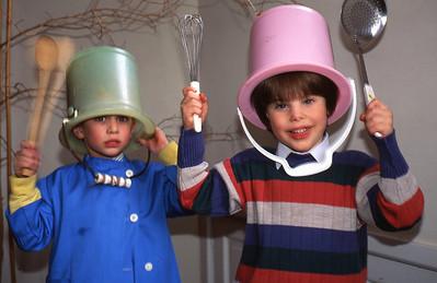 Lundi 25/04/1994.  Rodolphe (Van Bellingen) et Merlin jouant à la maison.  Heureusement nous avons bien nettoyé les pispots.