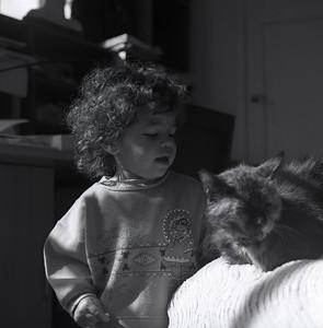 Début mai 1994.  Saskia caresse Camille le chat.